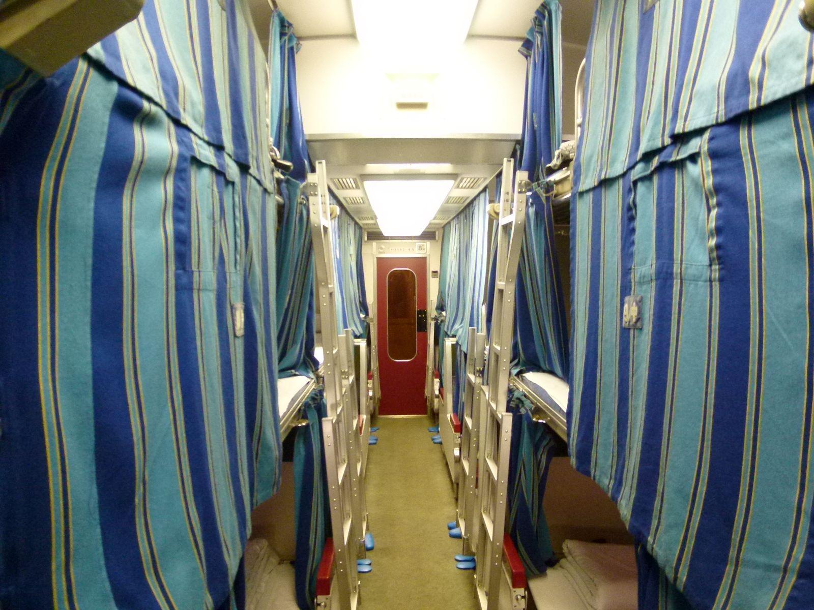 急行きたぐに号の8号車B寝台の車内(JPG-298k)