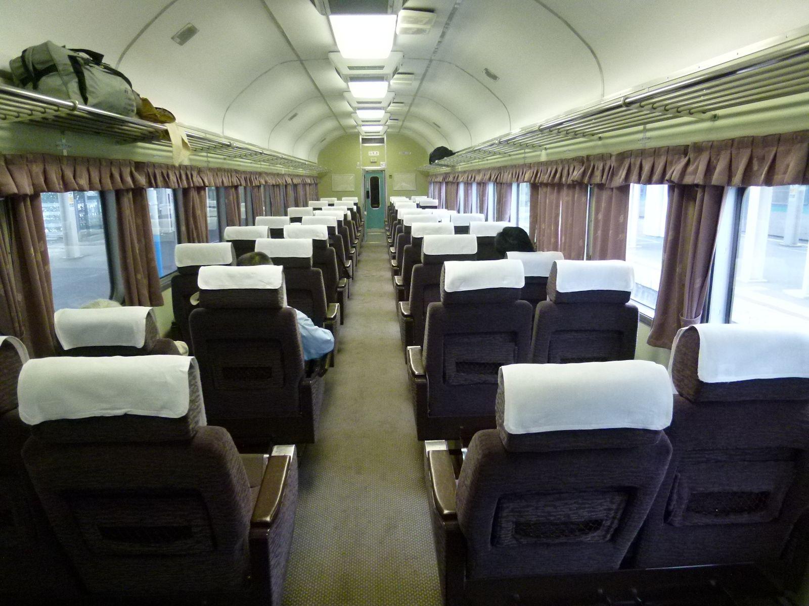 急行きたぐに号の6号車グリーン車の車内(JPG-266k)