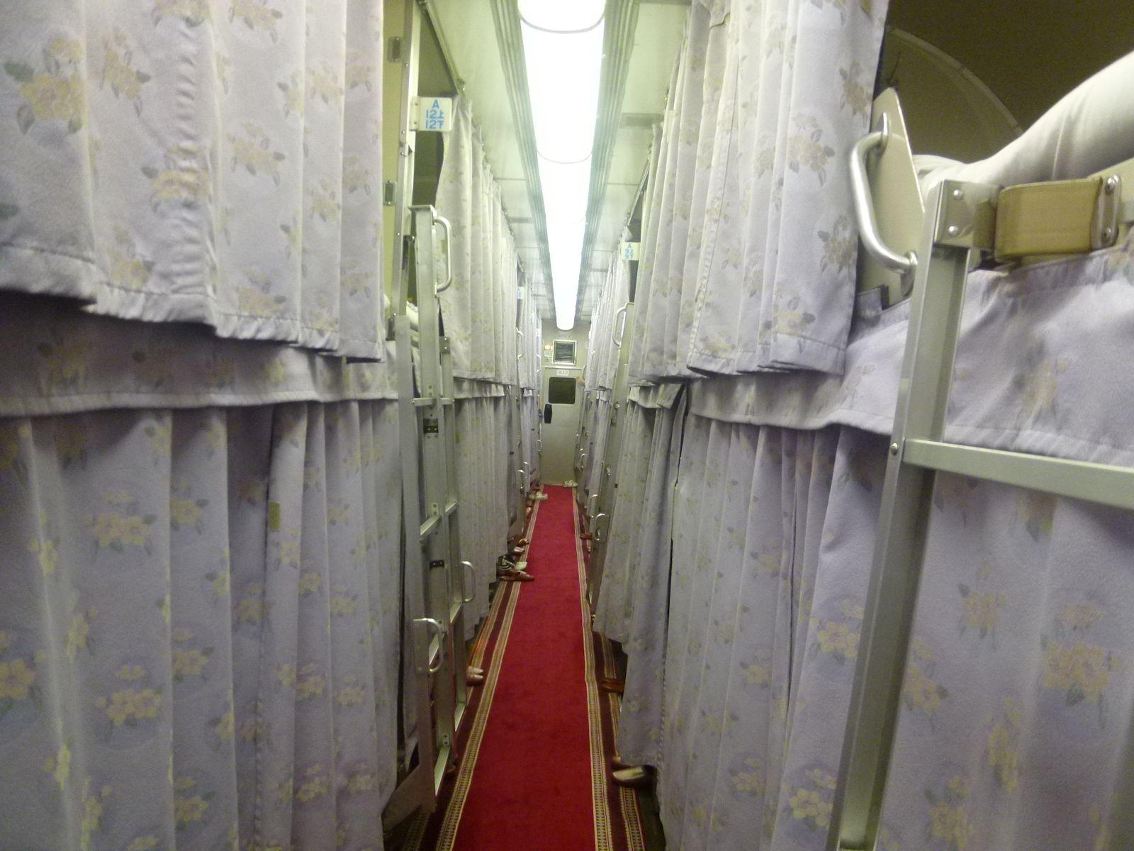 寝台特急日本海号のA寝台の車内(JPG-227k)