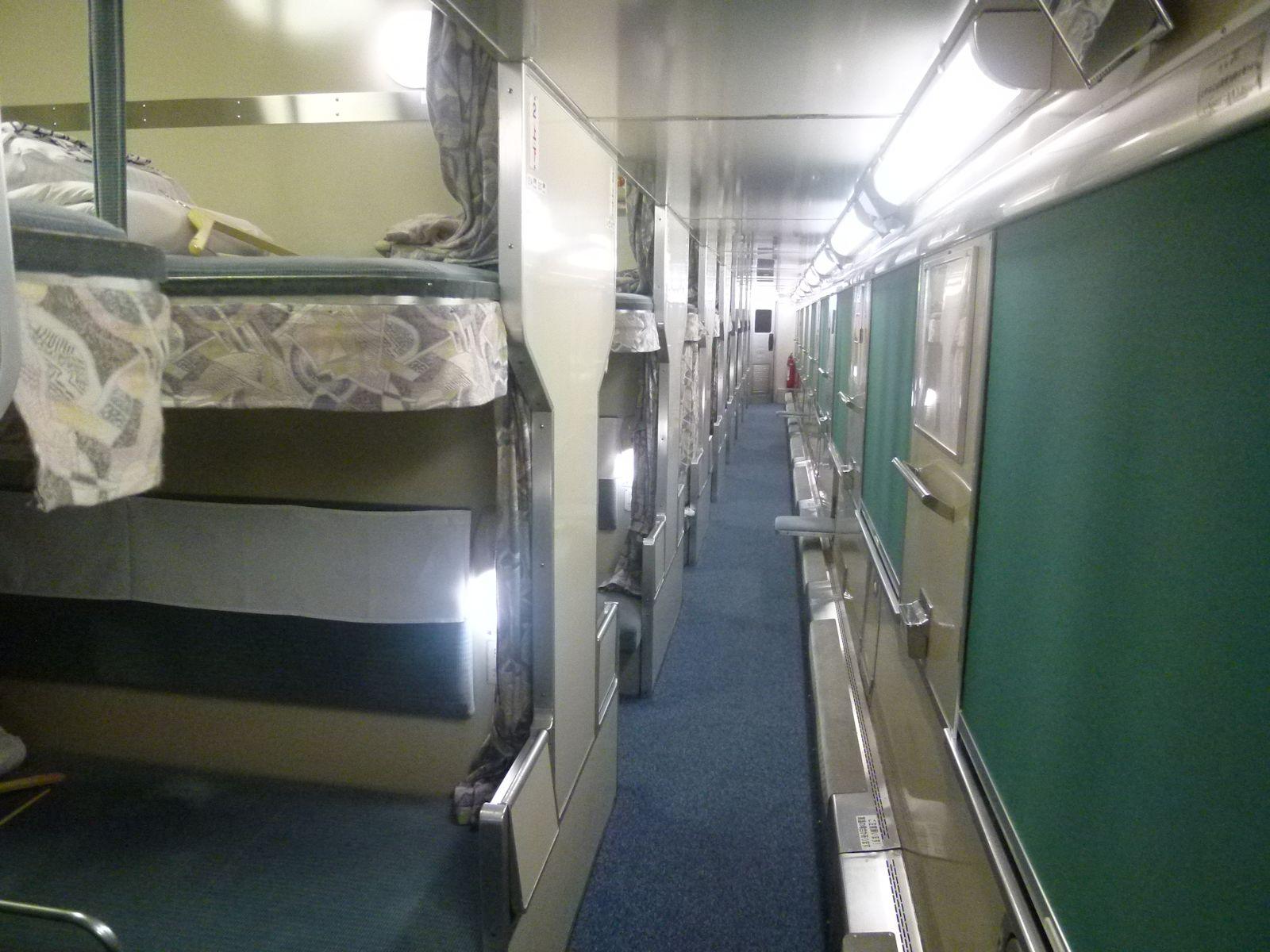 寝台特急日本海号のB寝台の車内(JPG-234k)
